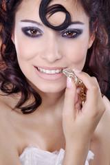 Hübsche Frau mit Schmuck Pfeife in der Hand lächelt, hoch