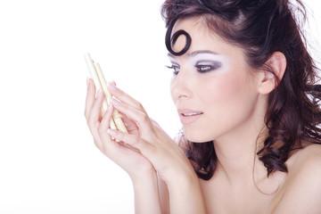 Hübsche Frau mit Löckchen blickt zu Stäbchent, quer