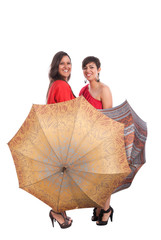 dos mujeres con dos paraguas