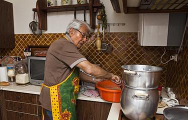 cuisinier preparant le couscous