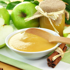 Apfelmus und frische grüne Äpfel