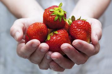 eine Handvoll frische Erdbeeren