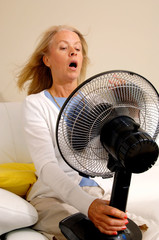Frau mit Hitzewallung