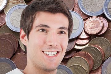 chico joven sonriendo entre el dinero