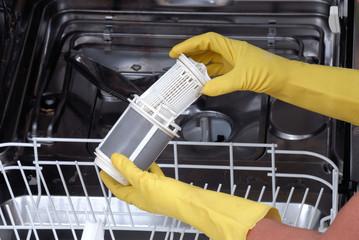 Frau reinigt Geschirrspüler