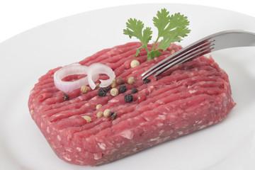 Steak hâché cru dans l'assiette,