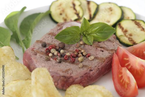 Steak hâché grillé avec des de légumes