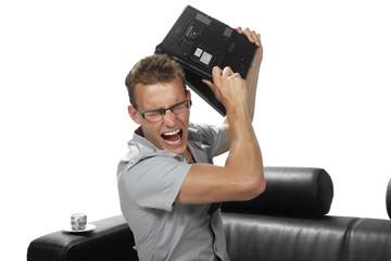 jeune homme jetant un ordinateur