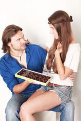 Mann und Frau mit Pralinen