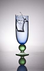 moneda en la copa de agua
