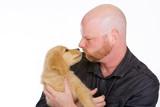 Člověk a Puppy Vrčení se na sebe