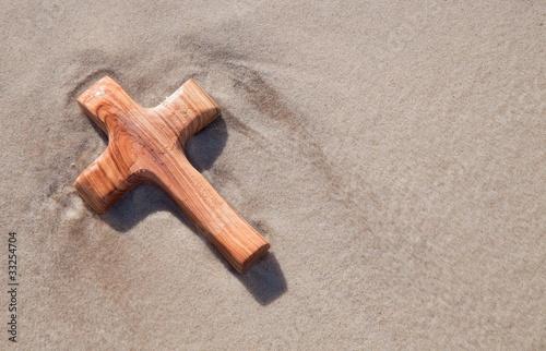 Holzkreuz am Strand