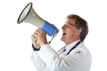 Älterer gutaussehender Arzt schreit laut ins Megaphon