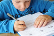 Junge bei Hausaufgaben