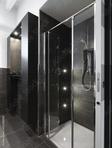 Cabina doccia con porte di vetro in bagno moderno e - Porte in vetro per bagno ...