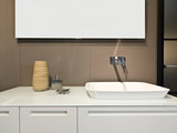 dettaglio di lavello di ceramica bianca con rubinetto di acciaio