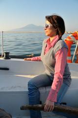 Donna al timone su barca a vela - Golfo di Napoli - Vesuvio
