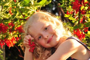 Kind freud sich über die Ernte.