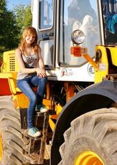 Юная девочка и жёлтый строительный бульдозер