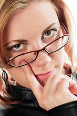 Frau mit Finger am Auge
