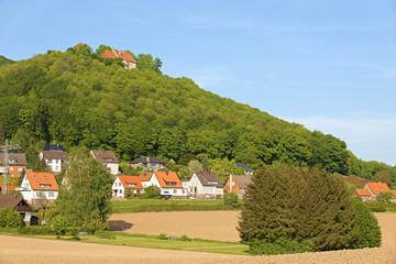 Das Schloss und die Burg Schaumburg über dem Ort