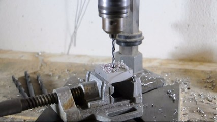 Bohrer bohrt durch Aluminium