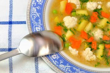 zupa warzywana w talerzu z łyżką