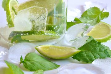 koktajl mojito z limonką i świeżą miętą