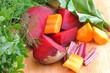 pokrojone warzywa na drewnianej desce