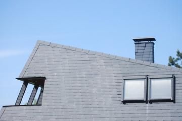 Hausdach mit Schieferplatten