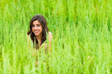 Adolescente sonriendo en el campo