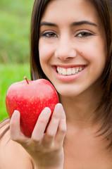 Retrato de mujer sonriente con una manzana