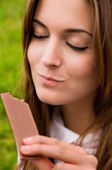 Mujer saboreando chocolate