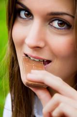 Retrato de mujer mordiendo chocolate