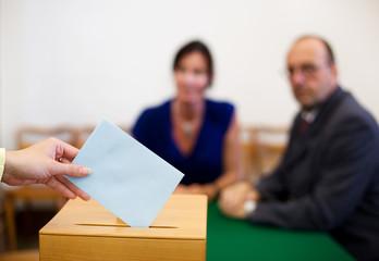 Frau in Wahlzelle