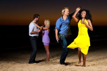 Party und Tanzen am Strand