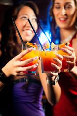 Leute mit Cocktails in Bar oder Club