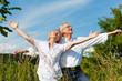 Glückliches Paar hat Spaß im Freien im Sommer