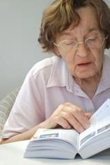 Seniorin mit Buch
