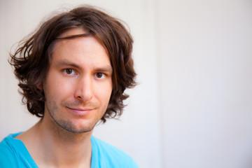 porträt eines jungen attraktiven mannes mit braunen augen