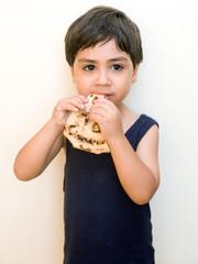 bambino mangia pizza