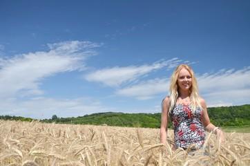 blonde femme et champs de blé