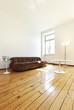 interno di salotto con pavimento in legno