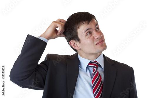Geschäftsmann kratzt sich am Kopf und schaut nachdenklich nach o