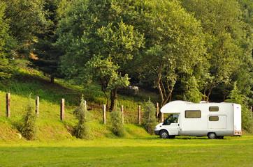 Camper in sosta su prato di montagna