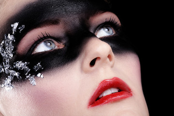 Beauty Bandit mit Maske blickt hoch, quer