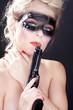 Hübsche junge Banditen Frau mit Pistole, Rauch qualmt