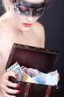 Beauty Bandit mit Truhe und Geld, hoch