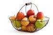 Verschiedene Apfelsorten im Drahtkorb