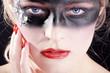 Beauty Bandit mit Maske blickt, quer